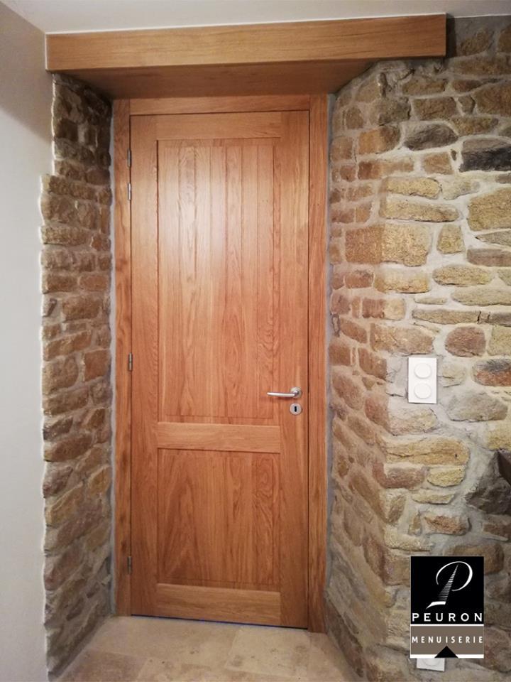 porte intérieure, en chêne naturel vernis mat, poignée modèle Orca, paumelles inox, pose fin de chantier. Et création de palâtre en chêne.