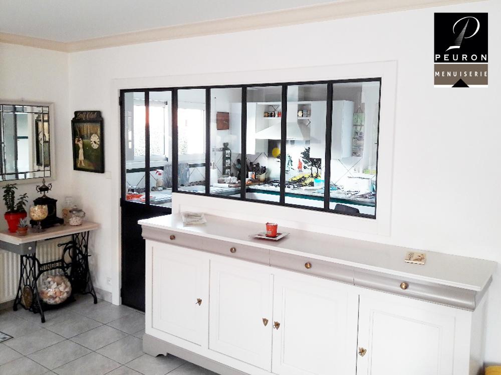 Fourniture et pose d'une verrière et d'une porte battante type atelier permettant de séparer la cuisine et le séjour tout en apportant de la lumière ! - Verrière compose de 5 vitrages clairs - Porte battante composé de 2 vitrages clairs et d'une tôle en partie basse Finition acier brut ciré