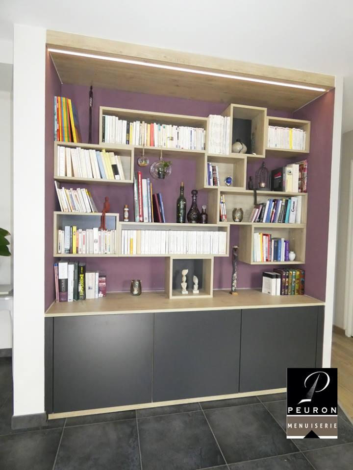 Fabrication et pose d'un agencement comprenant un meuble bas avec étagères et 3 portes battantes, et un meuble haut Composé de 10 cases de hauteur et largeur variables , La fabrication est en panneau mélaminé coloris Chêne Vicenza et Gris Graphite Un éclairage LED a été intégré dans le bandeau haut