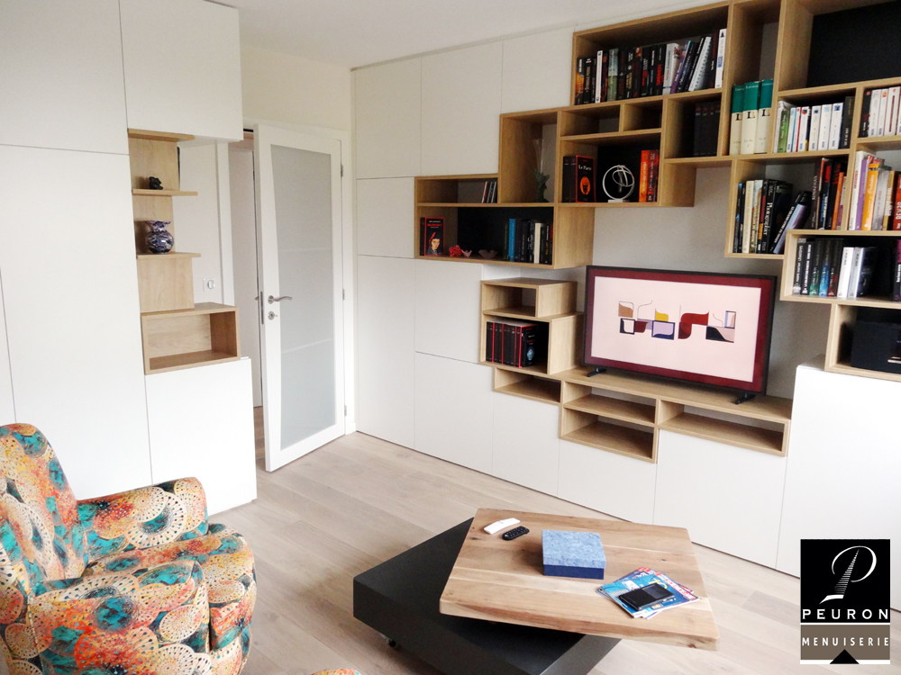 Meuble TV bibliothèque pour salon conçu par Menuiserie Peuron dans le morbihan